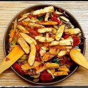 Салат с куриной грудкой и овощами в соевом соусе